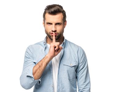 uomo con il dito sulla bocca isolato su bianco con copia spazio