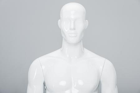 weiße Plastikpuppe isoliert auf grau