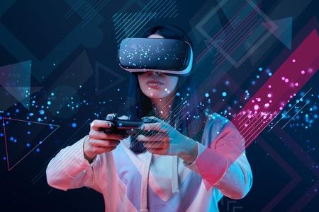 Frau im Virtual-Reality-Headset mit Joystick auf dunklem Hintergrund mit abstrakter Illustration Standard-Bild