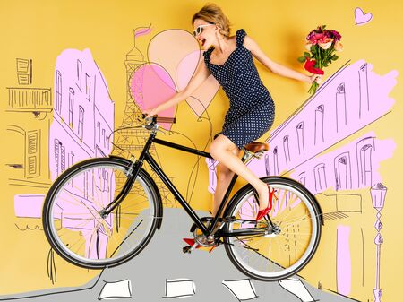 Top view of young happy elegant woman with bouquet of roses and bike lying on yellow background with city street illustration Standard-Bild - 124465472