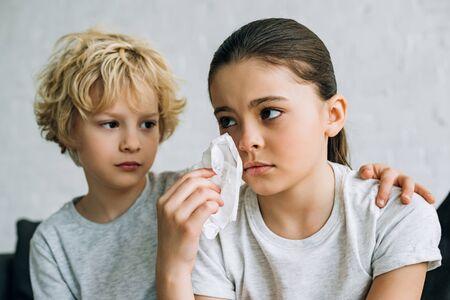 Hermanito consoladora hermana llorando en la sala de estar