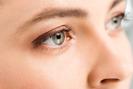 Vista recortada de la mujer con sombras de ojos en los ojos mirando a otro lado Foto de archivo