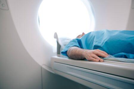 Enfoque selectivo del paciente acostado en la cama del escáner CT durante la prueba de tomografía