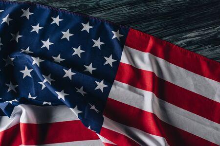 灰色の木製の表面にアメリカの国旗、記念日のコンセプト