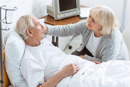 trieste senior vrouw met zieke man in het ziekenhuis Stockfoto