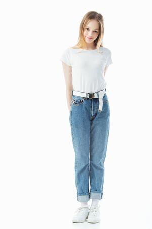 Lächelnde schüchterne Teenagerin, die isoliert auf weiß in die Kamera schaut looking