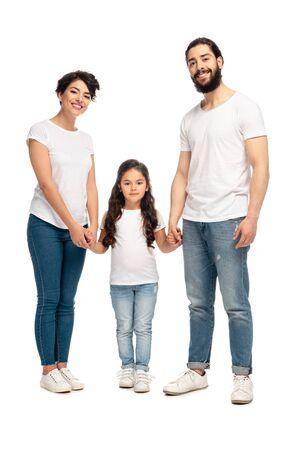 Lateinische Eltern halten Händchen mit entzückender Tochter isoliert auf weiß Standard-Bild