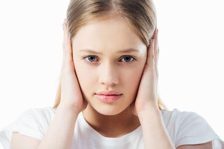 adolescente offensée couvrant les oreilles avec les mains isolated on white