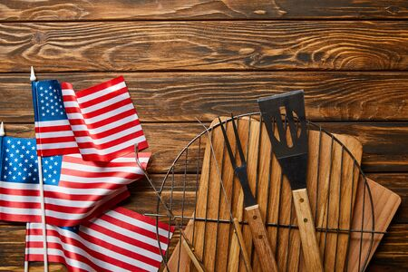 Top view of American flags near bbq equipment on wooden rustic table Stockfoto
