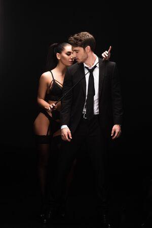 Ganzkörperansicht eines Paares mit Stapel auf schwarzem Hintergrund isoliert isolated
