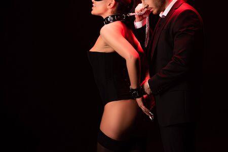 Ausgeschnittene Ansicht eines Paares mit Handschellen auf schwarzem Hintergrund isoliert Standard-Bild