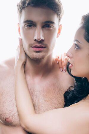 Giovane donna nuda che guarda un bel ragazzo isolato su sfondo bianco Archivio Fotografico