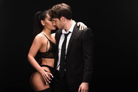 Couple sexy avec pile isolé sur fond noir