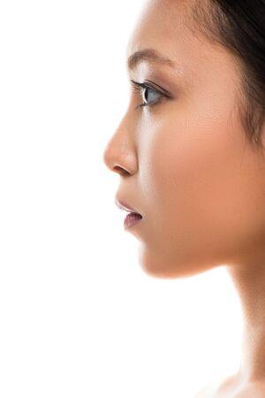 Profil atrakcyjnej azjatyckiej kobiety o doskonałej skórze, odizolowanej na białym tle