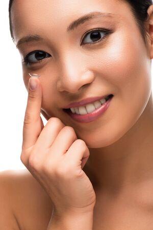 흰색 배경에 고립 된 콘택트 렌즈와 함께 행복 한 매력적인 아시아 여자 스톡 콘텐츠
