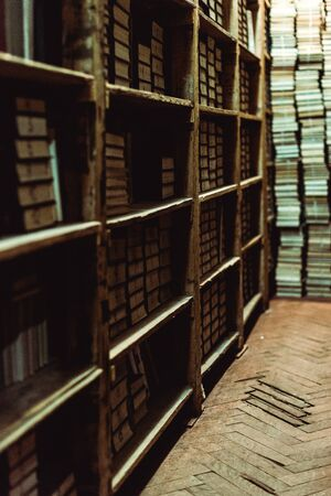 selective focus of retro books on wooden shelves in library Zdjęcie Seryjne