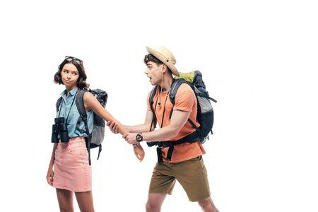 aufgeregter Mann, der die Hand einer unzufriedenen Freundin hält, isoliert auf weiß Standard-Bild