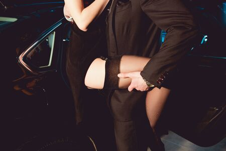 vue recadrée d'un homme élégant embrassant une fille en bas près de la voiture