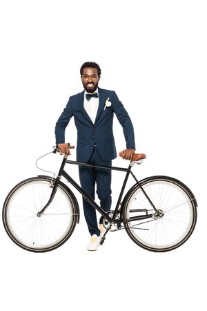 cheerful african american man in suit standing near bicycle isolated on white 版權商用圖片