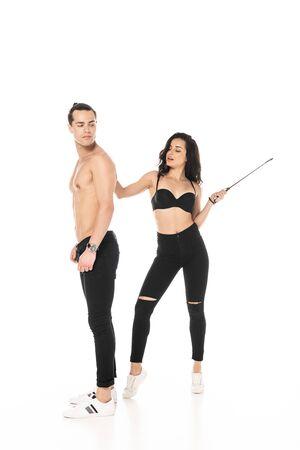Vue sur toute la longueur d'une fille en soutien-gorge tenant une pile et un homme torse nu sur blanc