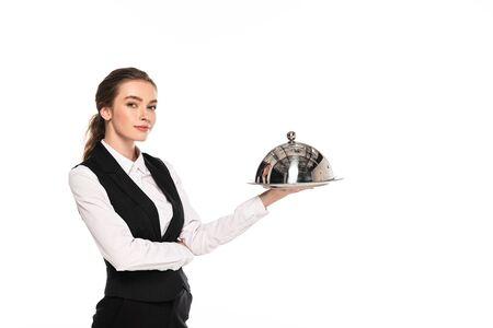 Jeune serveuse en tenue de soirée tenant un plat sur une assiette isolée sur blanc Banque d'images