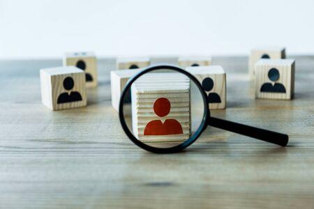 selectieve focus van vergrootglas in de buurt van kubussen op houten bureau Stockfoto