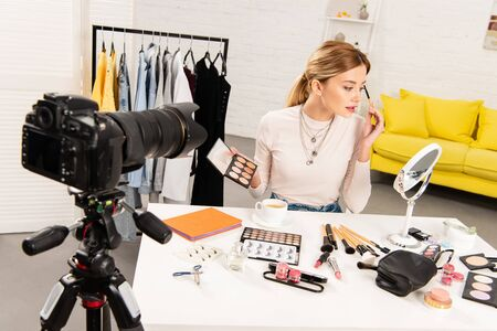 beauty blogger doing makeup in front of video camera Stockfoto