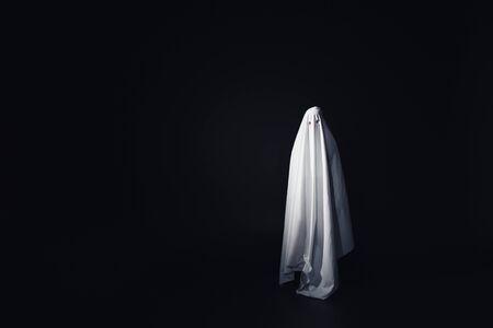 erschreckender Geist in weißem Bettlaken isoliert auf schwarz mit Kopierraum Standard-Bild