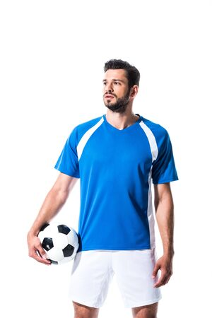 giocatore di calcio con la palla che guarda lontano isolato su bianco