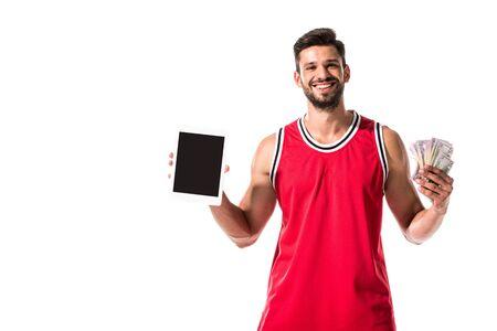 Basketballspieler, der digitales Gerät mit leerem Bildschirm und Geld lokalisiert auf Weiß hält