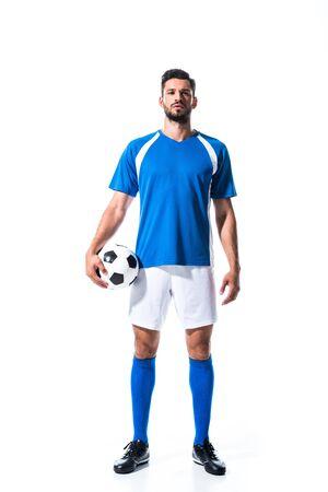 bel giocatore di calcio in uniforme con palla isolata su bianco