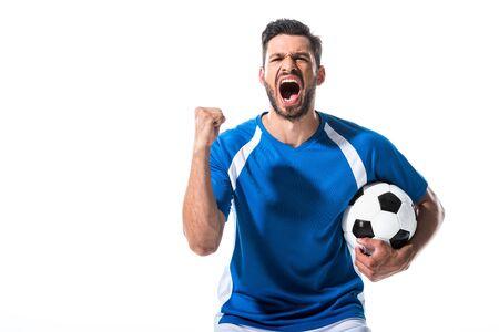 Jugador de fútbol emocionado con balón y mano apretada gritando aislado en blanco