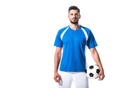 Fußballspieler mit Ball und Blick in die Kamera isoliert auf weiß