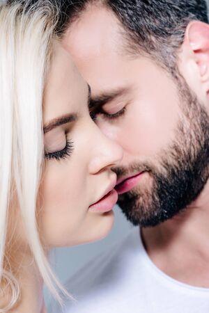 hermosa joven pareja romántica con los ojos cerrados Foto de archivo
