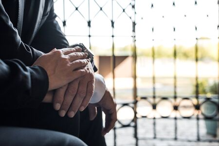 Ausgeschnittene Ansicht eines älteren Mannes und einer Frau, die sich die Hände berühren
