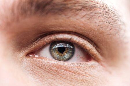 close-up van het oog van een volwassen man met wimpers en wenkbrauwen die wegkijken