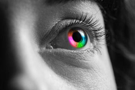 Rodada en blanco y negro de humanos con ojos de colores del arco iris