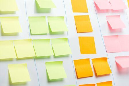 Tablero de oficina blanco con coloridas notas adhesivas y espacio de copia