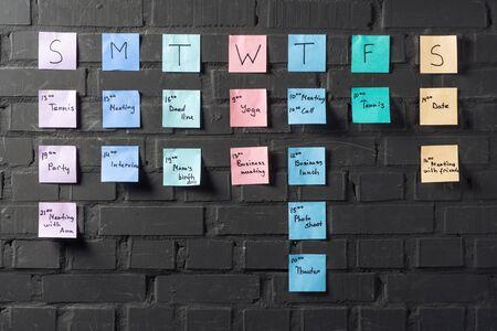 검은 벽돌 벽에 다채로운 스티커 메모 스톡 콘텐츠
