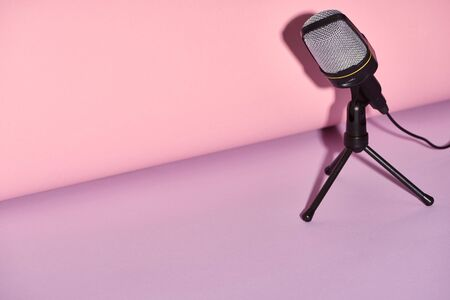 black microphone on bright and colorful background with copy space 版權商用圖片 - 130304306