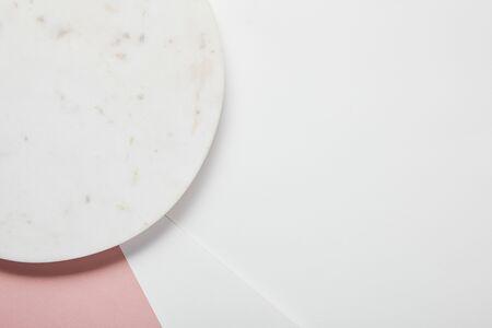 Draufsicht der Platte auf weiß-rosa Oberfläche Standard-Bild