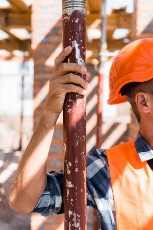 Ausgeschnittene Ansicht eines ausgereiften Konstrukteurs im orangefarbenen Helm Standard-Bild
