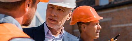 photo panoramique du constructeur près d'un homme d'affaires et d'un collègue