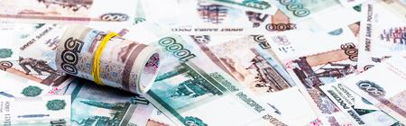ロシアのお金の現金ロールのパノラマショット