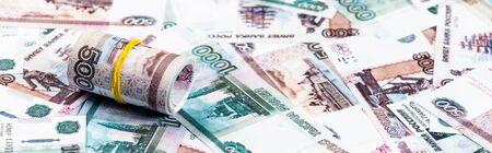 panoramiczne ujęcie rolki gotówki na rosyjskich pieniądzach