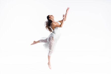 Bailarina elegante y elegante en vestido blanco bailando aislado en blanco