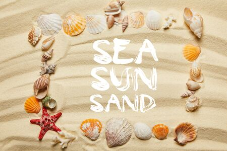 top view of frame with sea, sun and sand illustration, seashells, starfish and corals on sandy beach Banco de Imagens