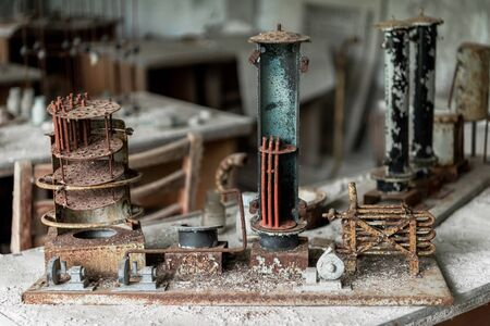 abandoned small metallic construction on dirty table Banco de Imagens