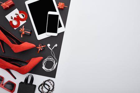 top view of heels, gadgets, gift boxes, sunglasses, earrings, earphones, bracelets, bag Reklamní fotografie