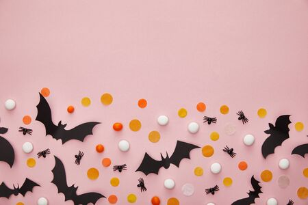 top view of bats and spiders with confetti on pink background, Halloween decoration Stockfoto